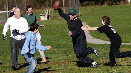 Rich Steinberg (with football) runs back a pass
