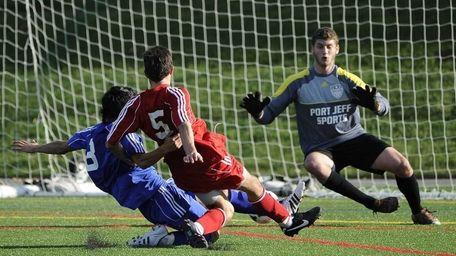 Suffolk Red-1 Matias Ruiz (center) of Southampton scores