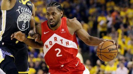Kawhi Leonard drives against Golden State Warriors forward