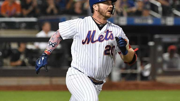 New York Mets first baseman Pete Alonso runs