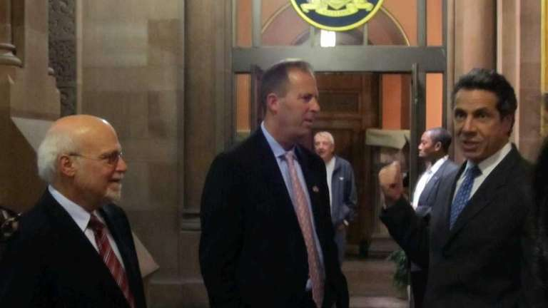 Gov. Andrew Cuomo chats with Long Island Regional