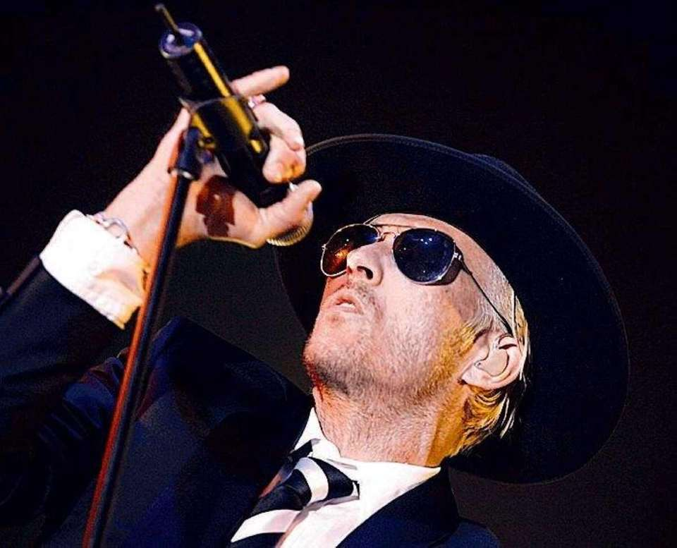 Scott Weiland, then-singer for the rock band Stone