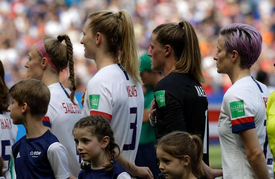 United States' Megan Rapinoe, right, and her teammates