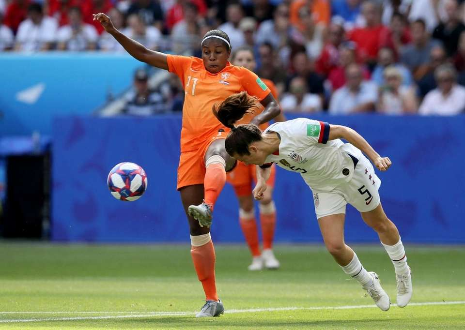 Netherlands' Lineth Beerensteyn, left, is challenged by United