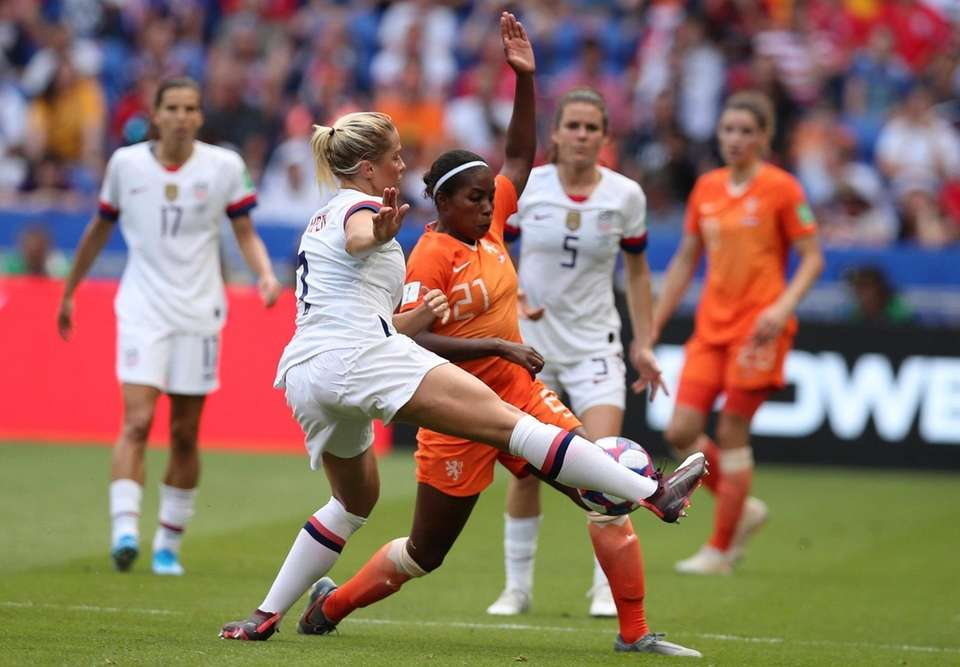 Netherlands' Lineth Beerensteyn vies for the ball with