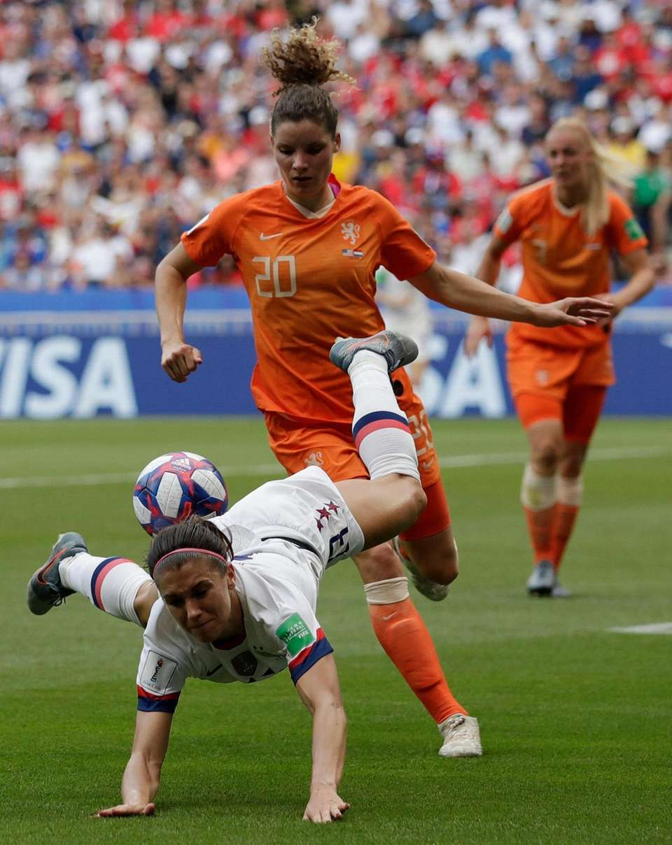Netherlands' Dominique Bloodworth, right, challenges United States' Alex