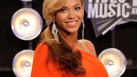 Beyoncé announces her pregnancy at the 2011 MTV