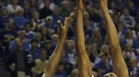 Kentucky's Anthony Davis, right, pulls down a rebound