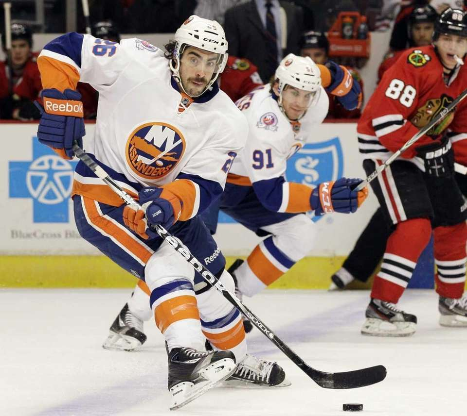 New York Islanders' Matt Moulson looks to pass