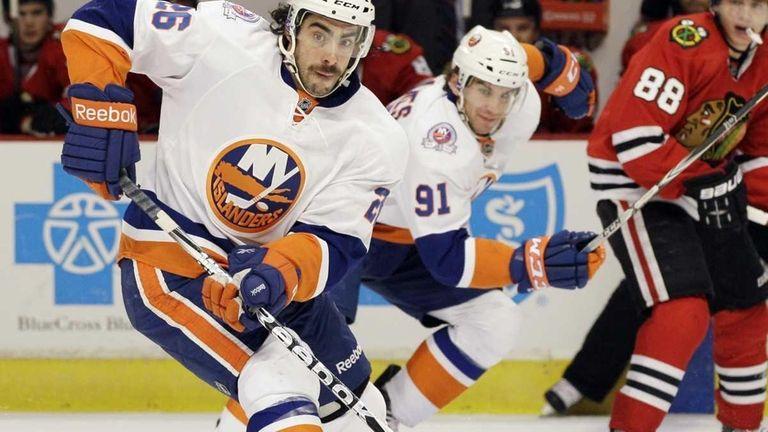 New York Islanders' Matt Moulson looks to pass