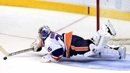 New York Islanders goalie Al Montoya (35) dives