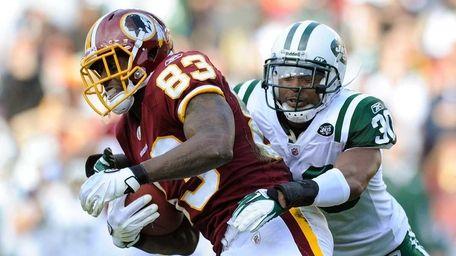 Fred Davis of the Washington Redskins breaks a