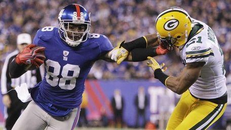 New York Giants' Hakeem Nicks stiff-arms Green Bay