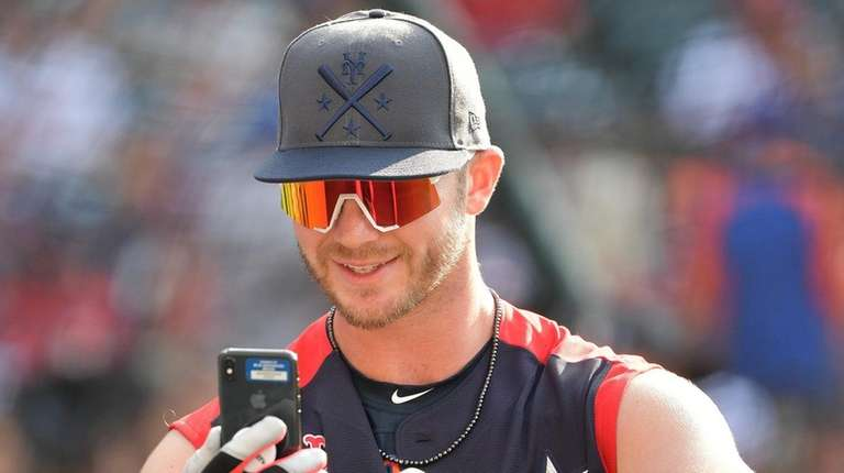 Mets first baseman Pete Alonso takes a selfie