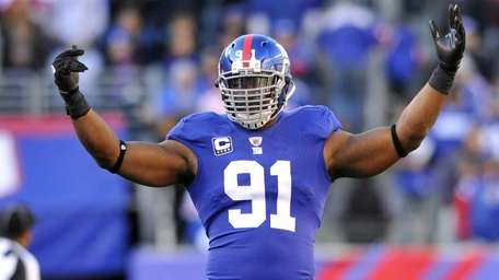 Justin Tuck celebrates a late fourth-quarter sack on