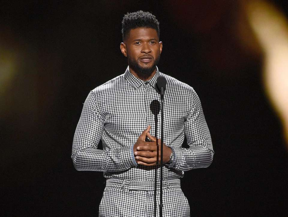 Usher presents the Pat Tillman award for service
