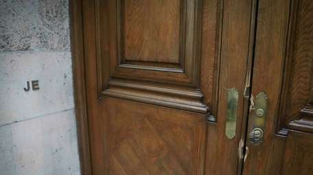 """This photo shows the initials """"JE"""" and doorway"""