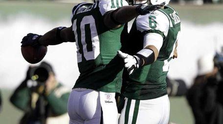 New York Jets' Santonio Holmes, left, celebrates his