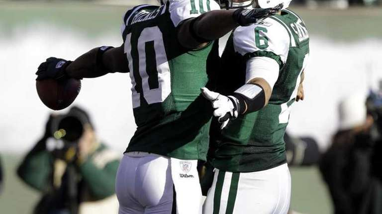 New York Jets' Santonio Holmes, left, celebrates his