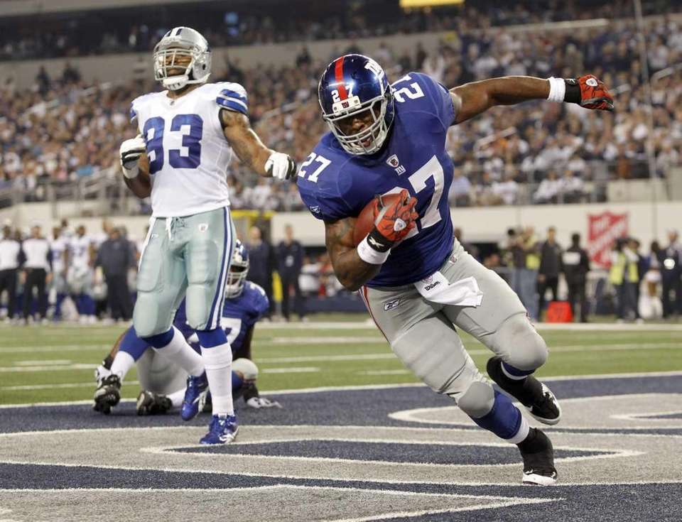 New York Giants' Brandon Jacobs scores a touchdown