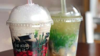 Two versions of ché, the Vietnamese dessert drink,