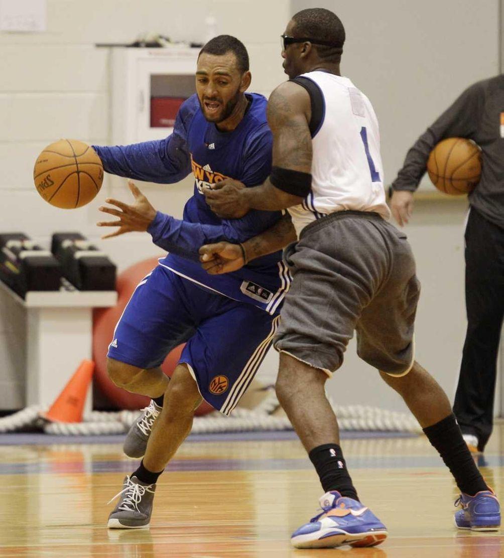 New York Knicks forward Jared Jeffries, left, goes