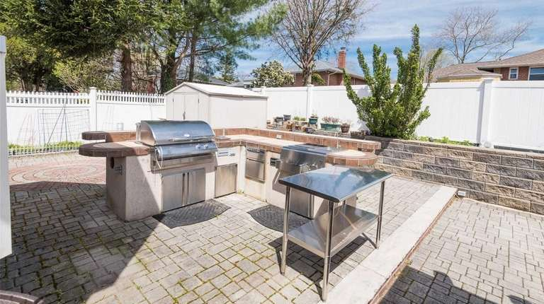 3 Li Homes For Sale For Under 600 000 With Outdoor Kitchens Newsday