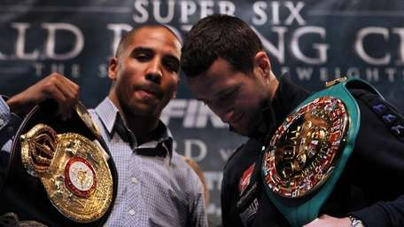 Andre Ward (L) and Carl Froch pose during