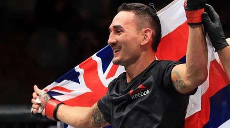Max Holloway defeats Anthony Pettis for the interim