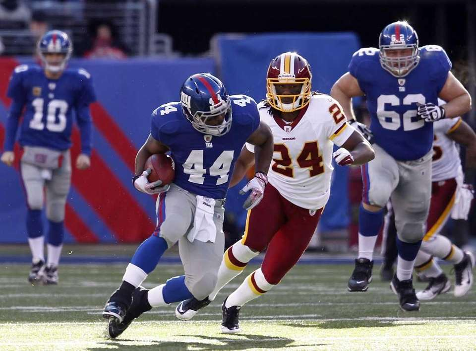 Ahmad Bradshaw of the New York Giants tries