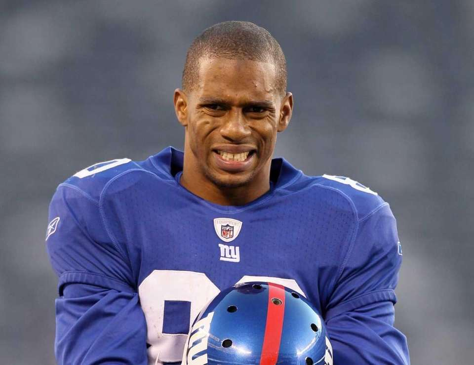 Victor Cruz of the New York Giants walks
