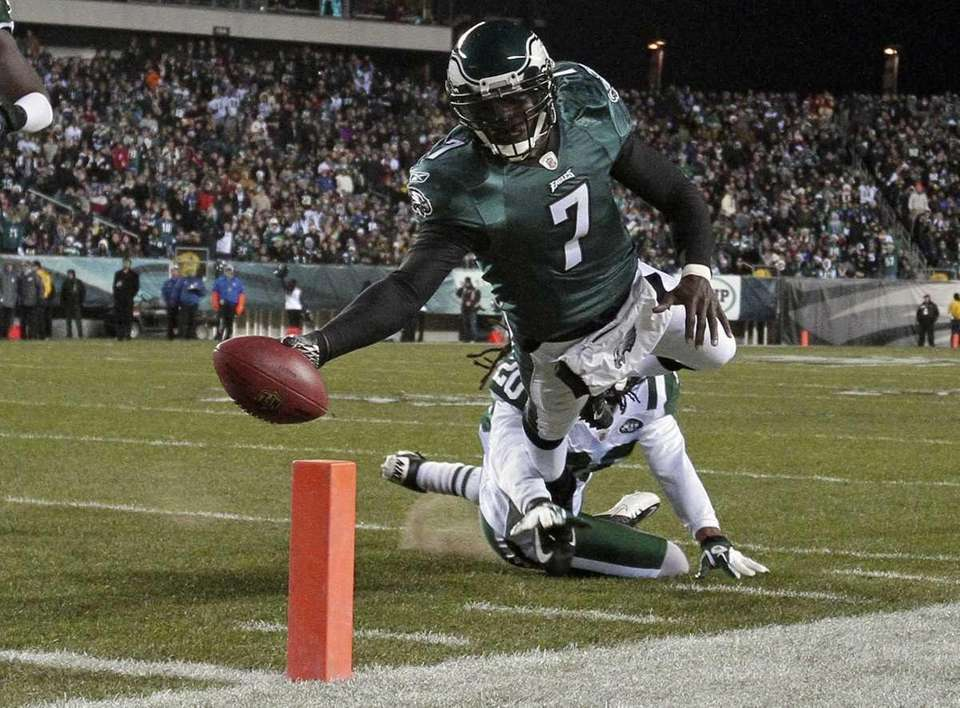 Philadelphia Eagles quarterback Michael Vick scores a touchdown