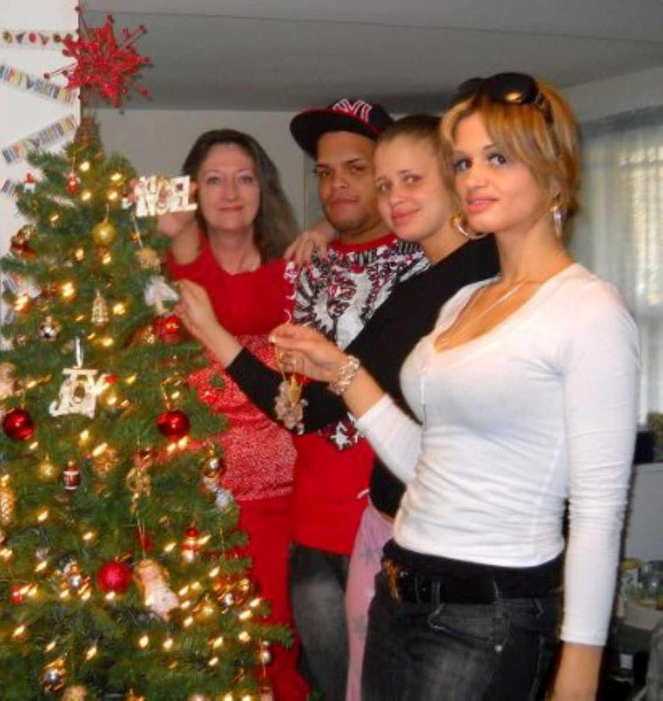 Shannan Gilbert (right) with her family in 2009.