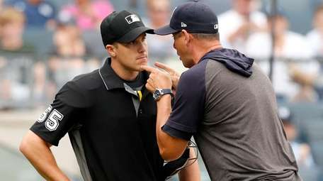 Yankees manager Aaron Boone lets plate umpire Brennan