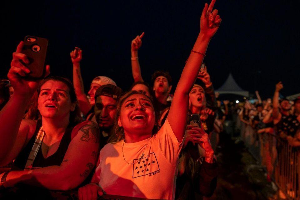 Fans enjoy the band Taking Back Sunday at