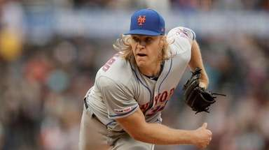 Mets pitcher Noah Syndergaard works against the Giants