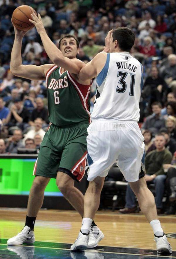 Milwaukee Bucks center Andrew Bogut (6) looks up