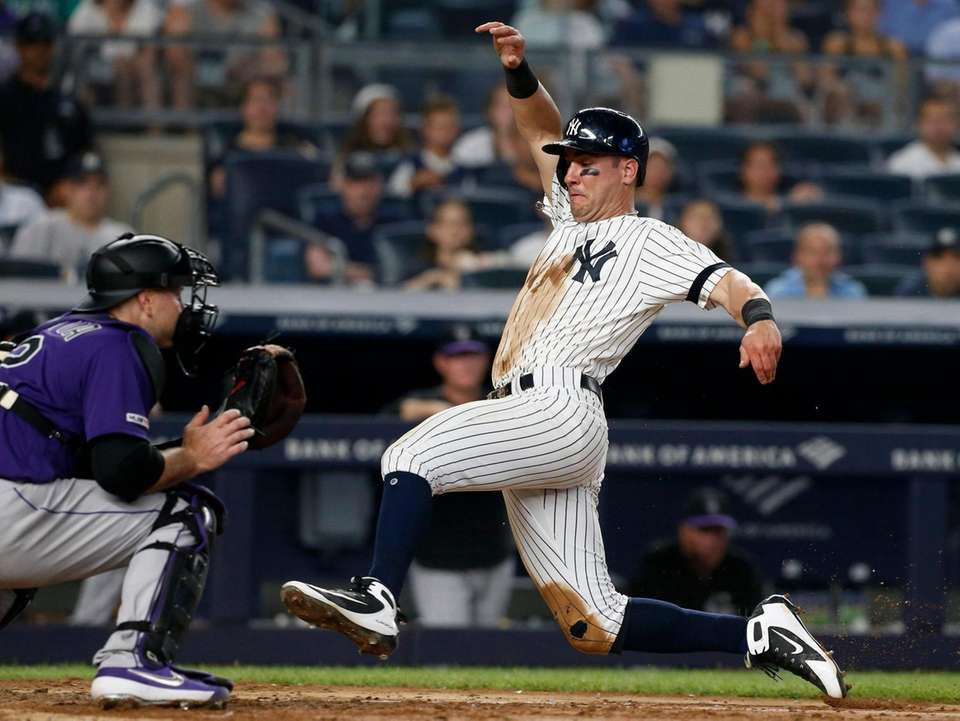 Mike Tauchman #39 of the Yankees beats the