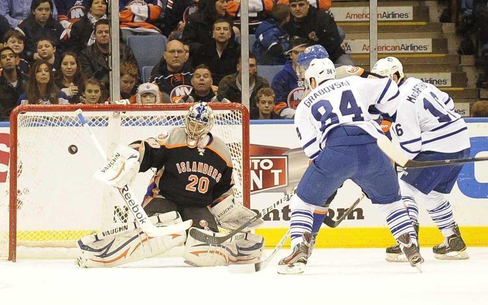 Evgeni Nabokov of the New York Islanders can't