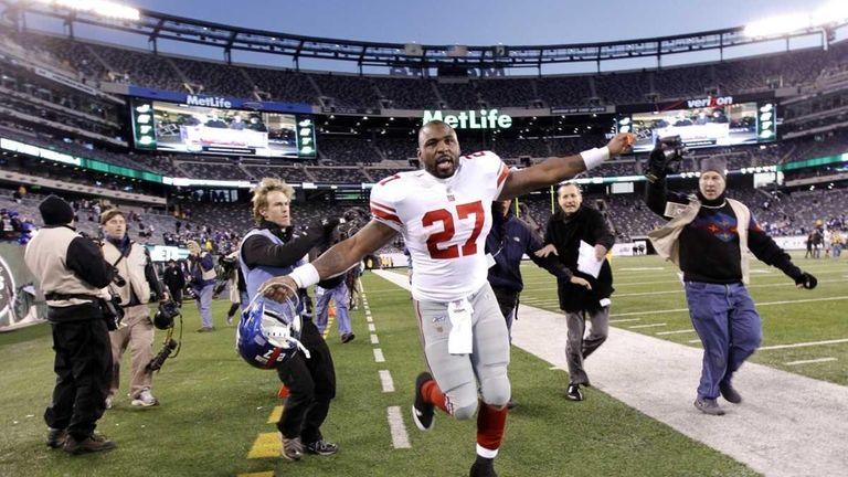 New York Giants' Brandon Jacobs (27) celebrates after