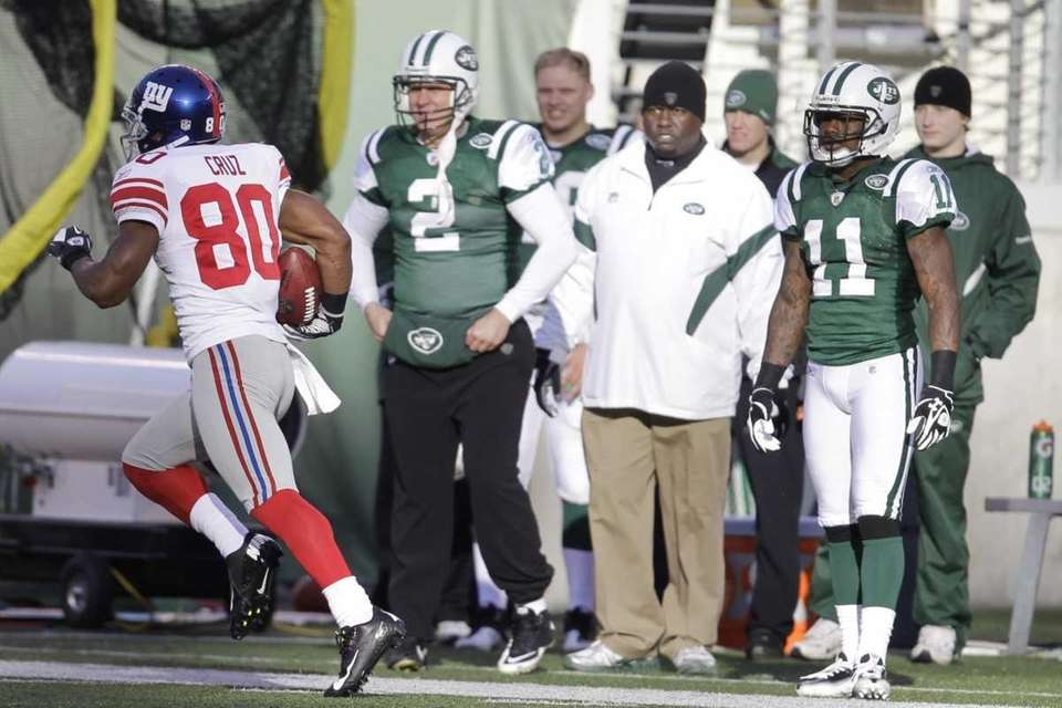 New York Giants' Victor Cruz (80) runs 99