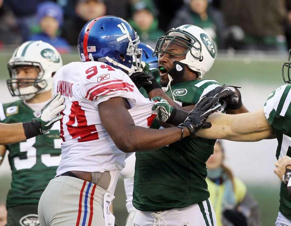 Mathias Kiwanuka #94 of the New York Giants