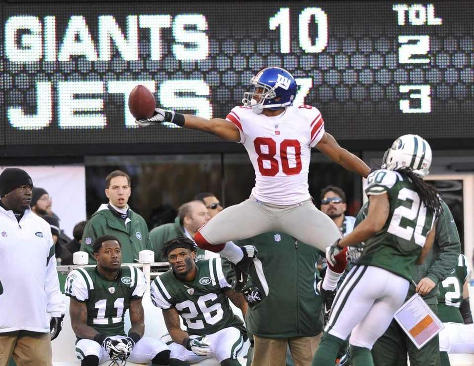 Victor Cruz of the Giants celebrates a long