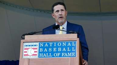 Mike Mussina gives his speech during the Baseball