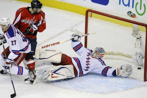 Washington Capitals' Troy Brouwer , center, watches his
