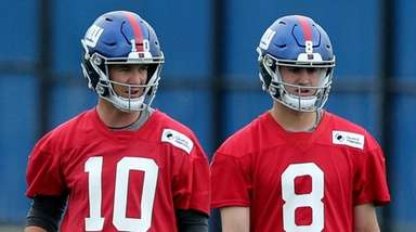 Giants quarterbacks Eli Manning, left, and Daniel Jones