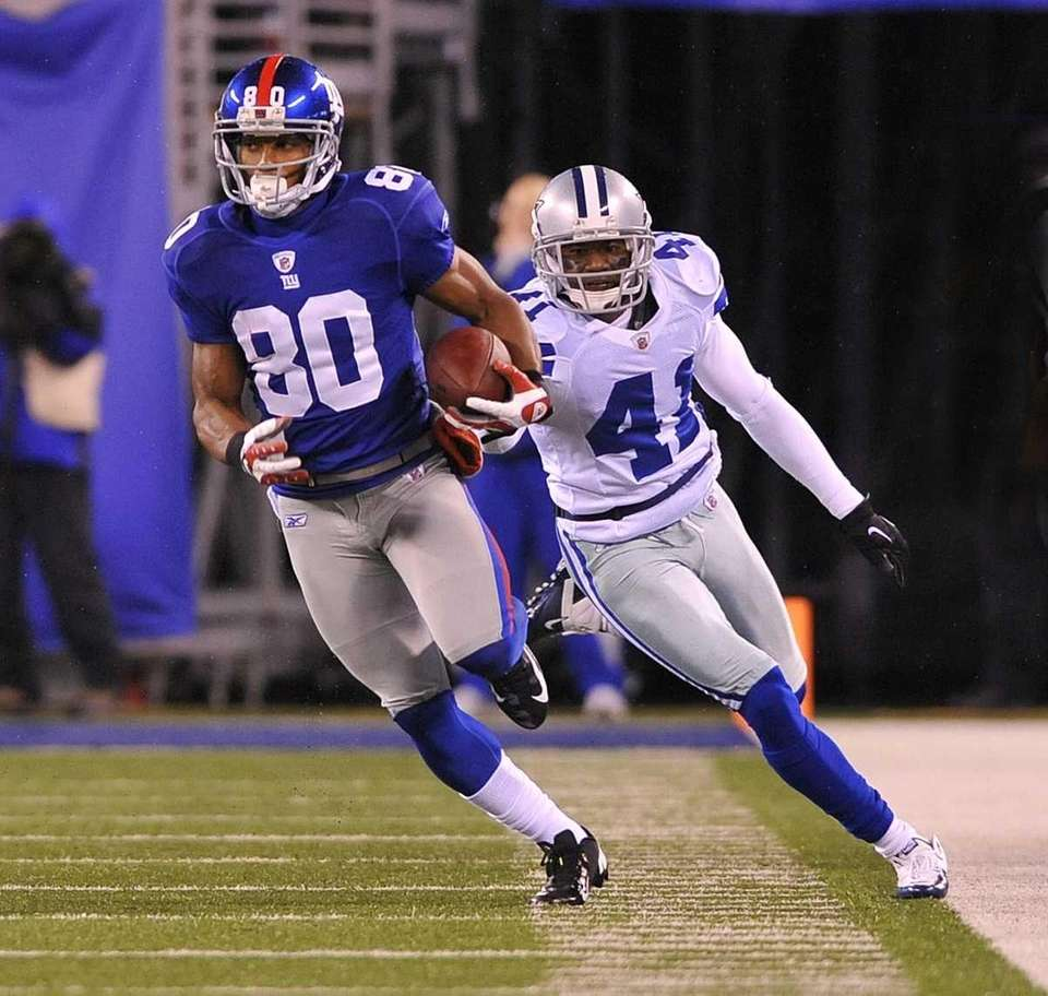 Victor Cruz outruns Terence Newman for a first