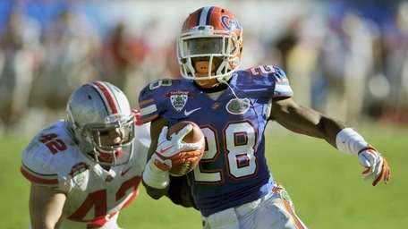 Florida running back Jeff Demps (28) out runs