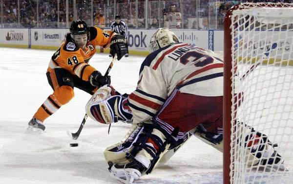 Philadelphia Flyers' Danny Briere (48) cannot get a
