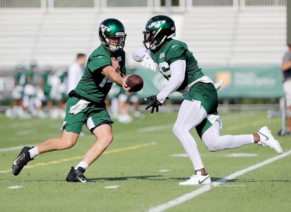 NY Jets quarterback Sam Darnold (14) hands off